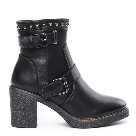 Black boots on the Nuxisa post - Footwear
